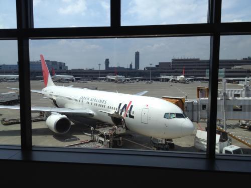 9月6日(木) 自宅->名古屋->成田->クアラルンプール<br /><br />今回はJALを利用。理由は... 安かったから。中国東方航空の次に安かった。けど、乗継ぎも悪くない。成田経由は好きじゃないけど。<br />この飛行機に乗って出発。