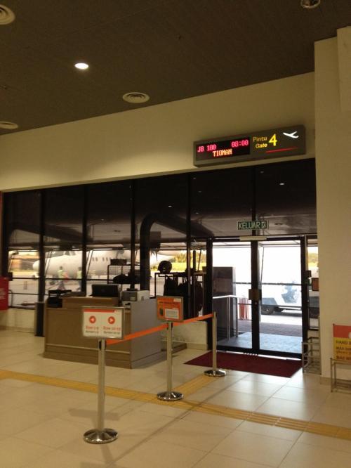 9月7日(金) ティオマン島へ。<br /><br />昨夜ホテルで予約したタクシーに乗ってSubang空港(SZB)へ。ティオマン島へはベルジャヤ航空で。昨夜降り立ったKLIAではなく、スバンの旧国際空港発なので、運ちゃんに念押しして出発。道中iPhoneのGPSソフトで道が間違ってないか確認してました。<br />乗り込む飛行機は扉のすぐ向こう。48人乗りのプロペラ機。バスに乗り込むような感覚。