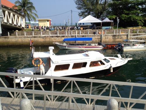 空港のすぐ横が船着き場になっている。ここからリゾート専用のボートに乗っていく。エンジンの調子が悪いのか、あまりスピードが上がらず、リゾートまで30分近くかかった。<br />このリゾートの送迎ボートはすごく割高。1人片道80RM(約2000円)もする。そのためか、リゾート専用のボートを使わずにやってくる人たちも結構いました。