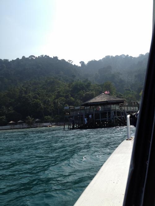 リゾート見えてきた。桟橋の先端にボートを横付けします。屋根があるところはイタリアンレストランになってます。