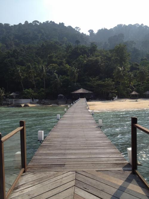 Japamala Resortに到着。海の上をまっすぐ歩いてく。この桟橋がすごく気持ちいい。<br />ここはたった12室の離島の隠れ家リゾート。ボートに乗らないとどこにも行けません。ここで2泊ゆっくりします。