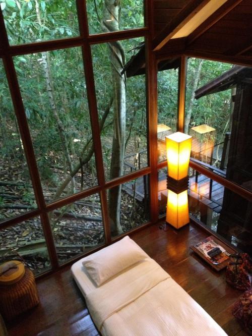 部屋はビーチ沿いではなく、すこし登ったジャングルの中。Hillside Sarangというタイプの部屋。写真のスペースは本来はリビングエリアなのだけど、今回は3人なのでエキストラベッドが。すぐ外は美しい森。鳥や動物の声が聞こえます。