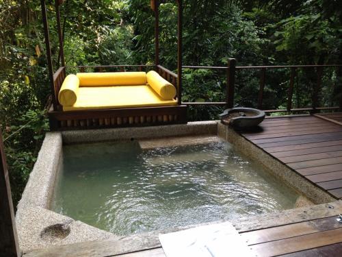 部屋の外には小さなプールとソファー。ここで何度もまったりしてました。<br />プールには体温くらいの温水が常に注がれていて、熱くも寒くもなくちょうどいい。もっと冷やしたいなら冷たい水が出せる仕組みになってます。夜遅くから朝までは温水が止まります。