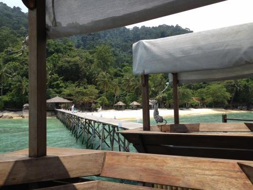 レストランの席は海にせり出すような造りになってます。ここでゴロゴロするのも最高。