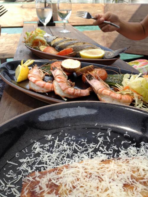 地魚のグリル、海老のグリル、ラザニア。どれも素晴らしく美味しい。<br />このリゾートは、クアラルンプールで人気の高級レストランの経営で、食べ物の味は確か。値段は日本のレストランと同じか少し高いくらい。