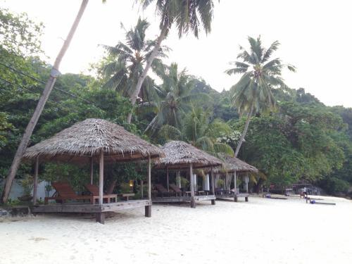 9月8日(土) Japamala Resortに滞在<br /><br />朝7時過ぎにビーチに出てみた。ガゼボにはまだ誰もいないので、とりあえず確保。日本から持参したテニスもどきのおもちゃでしばし遊ぶ^h^h運動する。