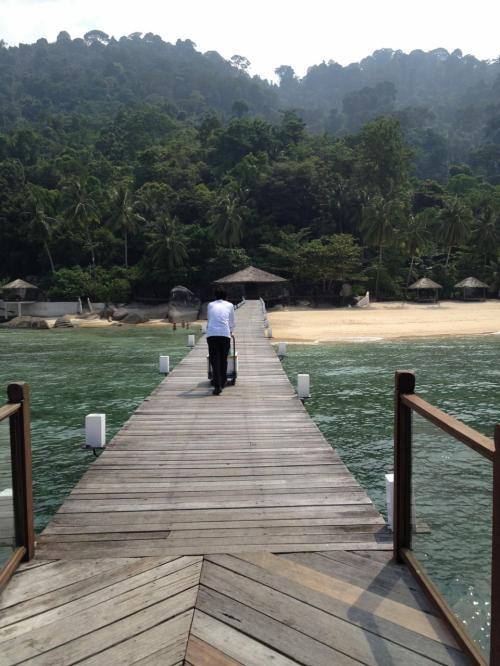 チェックアウトして、桟橋の先でボートの出発待ち。この景色を次に見ることができるのは、いつの日だろうか?