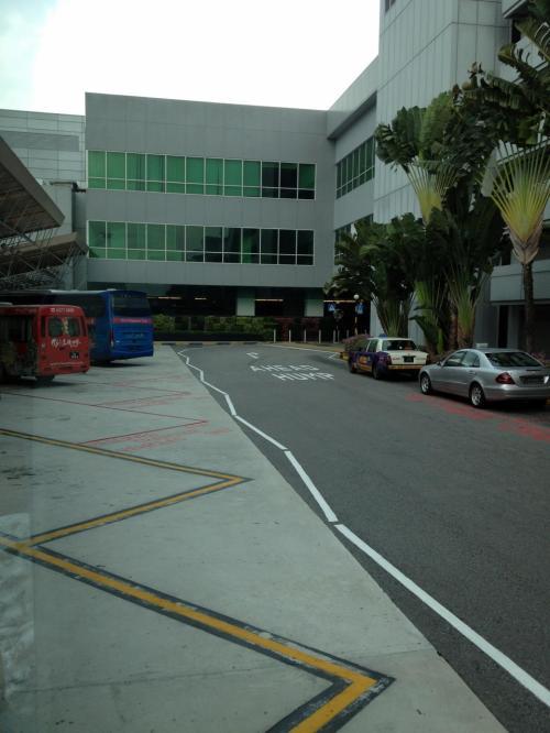 マレーシア ティオマン島からシンガポールへのフライトは、一応国際線扱い。ティオマン島で出国手続き、シンガポールで入国手続きが一応あった。<br />ティオマンからのフライトは、チャンギ空港のバジェットターミナルに到着。(2012年9月25日からはチャンギ空港の第2ターミナル到着に変更されるとのことです。)<br />バジェットターミナルからは、第2ターミナルまで無料シャトルバスで移動。第2ターミナルのバス乗り場でホテルの空港シャトルバスを待つ。写真はホテルのバス乗り場付近から撮影。