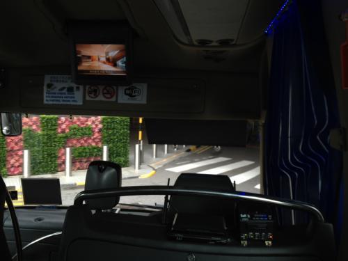 ホテルのバスが定刻どおりやってきたので早速乗り込む。写真が暗くて分かりづらいが、バス内にWiFiルータが設置されている。なのでバスの車内でもWiFi使ってインターネットに繋がるのだ。このサービスは立派!