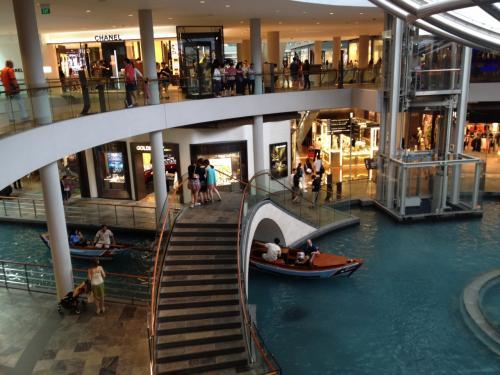 腹ごなしを兼ねて、ホテルに併設の巨大ショッピングモールをウロウロ。中にはこんな運河もどきとゴンドラもどきがある。このゴンドラはなかなかの人気。