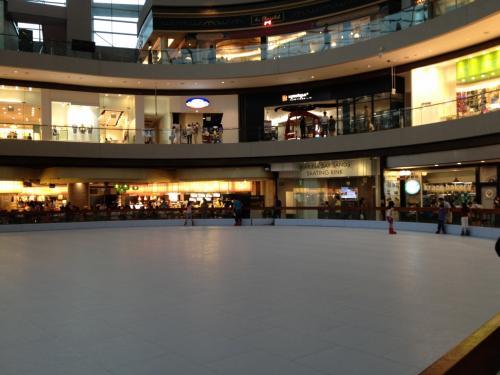 ショッピングモールのフードコートにはアイススケート場が。ただ、本物の氷ではなく特殊な樹脂製。滑っている人はあまり多くなかったです。