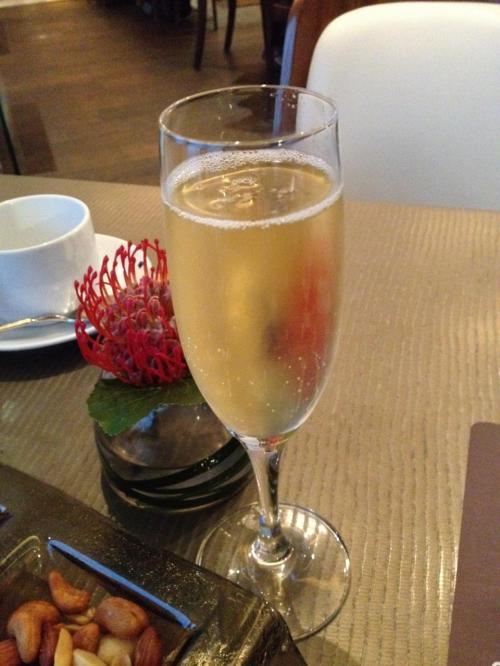 お酒も好きなものが飲み放題。私はたくさん飲めないので、普段は飲めない高級シャンパンを一杯だけ。酒飲みの人には、ここはものすごい天国なんだろうなぁ。