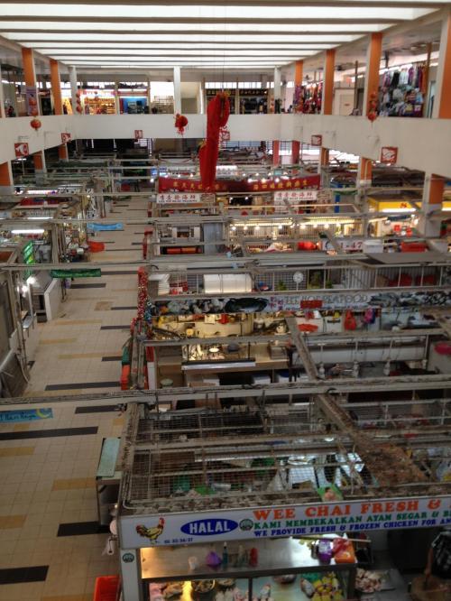 地下鉄に乗ってインド人街へ。地下鉄駅近くのショッピングモールはこんな感じ。1階は肉・魚・野菜など食品売り場。2階は主に衣料品売り場。日本のスーパーと同じですね。