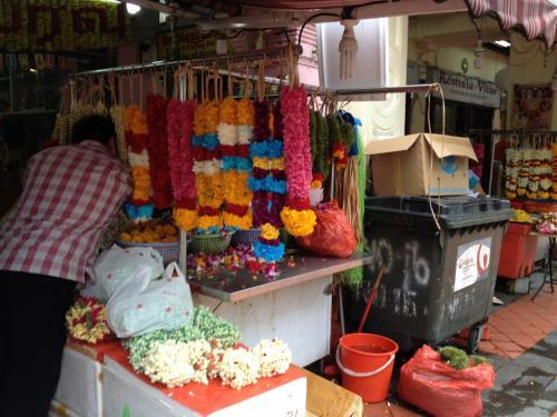 インド人街を歩く。店先では生花で作った花飾りをあちこちで売ってる。