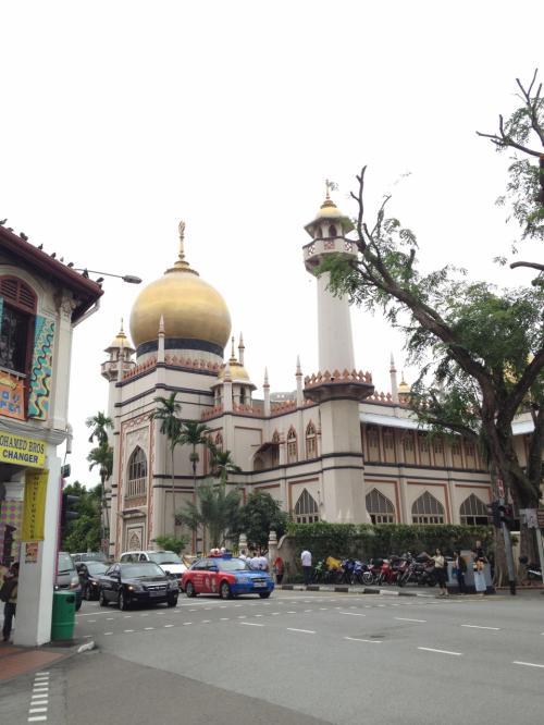 インド人街を抜けてしばらく行くと、アラブ人街に到着。大きなモスクがあった。アラブ人街は、アラブ人の店と中国人の店が混在していた。