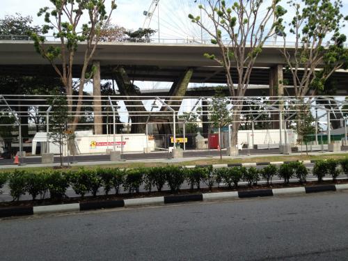 橋を渡った先で、F1レースの準備が始まっていた。F1シンガポールグランプリは、2週間後。
