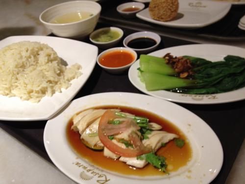 夕ご飯は、ホテル隣接のショッピングモールのフードコートで軽く食べる。シンガポールで食べたかった海南チキンライス、やっと食べることができた。
