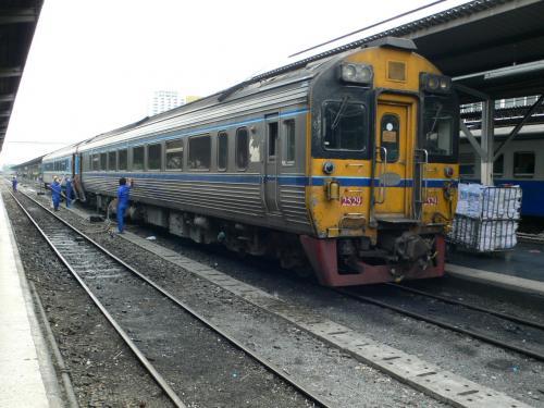 反対側から改めて撮った写真です。<br /><br />タイで列車に乗るときは3等しかないローカル線か長距離で、長距離の時は寝台利用だったので、こういう短い車両というのは初めてでした。<br /><br />道路が整ってバスの方が早くてやすいので列車がどんどん廃れて行っているようです。