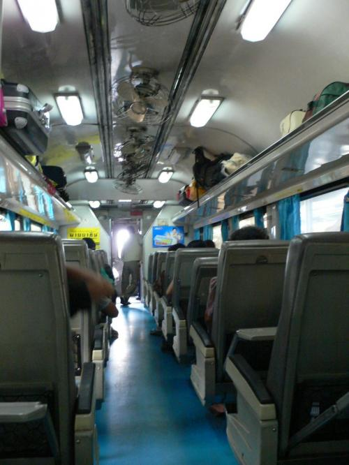 車内の様子です。こちらの列車は韓国のデウーが作ったようだ。<br />リクライニングが壊れていたりするところもあって相当古い。<br /><br />エアコンがついているとはいえ、これでバンコク−ペッチャブリーが358バーツです。<br />バスを使うと100バーツくらいなのですよ。<br />これはそれなりの長距離移動するひとしか乗りませんね。<br />バスとの勝負にならん。<br /><br />ただ、バンコクのバスターミナルはどこも中心部から遠いので、地下鉄がフォアランポーンにつながっている今は、駅に出るのは便利なんですよ。<br />ただ、その後の列車のスピードが問題。<br /><br />今更初めて気づいたけどほとんど単線なのですね。<br />上下線の待ち合わせが多すぎて時間通りにつかなかった。<br />時間通りだと所要時間がバスと同じくらいだったのですが。<br />(ロットゥーはとばすのでもっと早い。)<br /><br />話によると列車の信号システムが貧弱なんだそうです。<br />バスは道路さえ造ればすむしな〜。