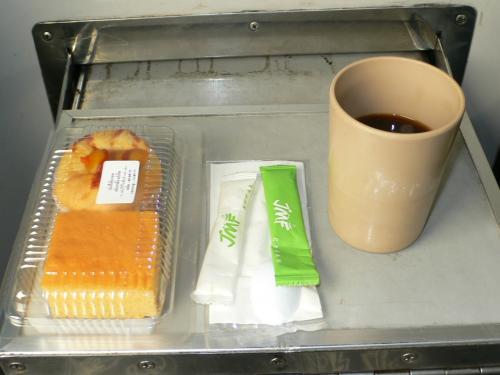 発車してしばらくしてからお茶のサービスがありました。<br /><br />あ、そういえばタイってエアコンバスに乗ると車掌さんがお茶とお菓子のサービスしてくれるけど、列車でもあるんですね。<br />今まで2等とか3等しか乗ってなかったので知らなかったです。