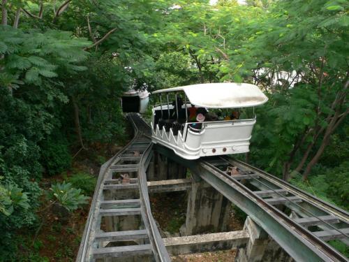 ものすごい急斜面を上ります。<br />日本でもここまで急なのはみたことない。<br />新しかったのでできたのは結構最近だと思う。<br /><br />列車よりケーブルカーの方がきれいだった。