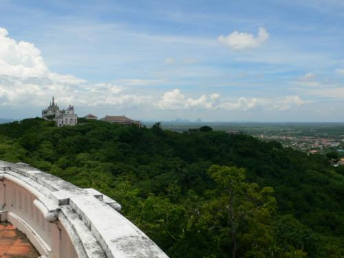 公園内のすとぅーぱからの眺め。<br />左手の奥に見えるのがラマ4世の離宮とラマ4世がまつってある塔。<br /><br />遠くから見ると「あそこまで歩いていくの〜?」と躊躇しますが、<br />歩道がきちんと整備されているので、たぶんしたから歩いてあがってもたいしたことはないです。<br /><br />ただし、タイの気温と野生の猿には十分留意のうえでどうぞ。<br /><br />日光の猿のようにおそってきます。<br /><br />