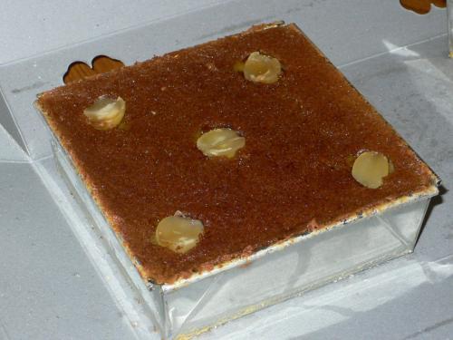 カノム・モーゲンです。<br />カノム・モーゲン・ルーク・ブア。蓮の実のモーゲン。<br /><br />カノム・モーゲンというお菓子はココナッツミルクと砂糖椰子、アヒルの卵で作ったプディングのようなお菓子。<br />ポルトガルがアユタヤ王朝に伝えた菓子です。<br />ココナッツミルクや椰子砂糖など、タイの良質な材料を使うことで定着していったのかなと想像します。<br />伝わったのが1700年代(日本の江戸時代)です。<br />日本でも九州の方はポルトガル由来の菓子が結構ありますが、<br />ポルトガル人としたら、日本に来る前の通り道だものな〜。タイは。