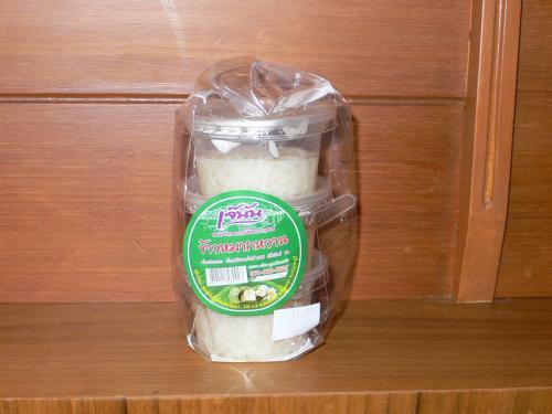 バン・カノム・ヌンタワンのお客さんが、<br />カノム・モーゲンの次によく手に取っていたお菓子。<br /><br />なんか籠の中に2個とか3個とかわさわさ入れているんですよ。<br /><br />賞味期限を見るとなんと10月29日まで!<br />(購入したのは9月10日)<br />勿論、常温の状態でです。<br />