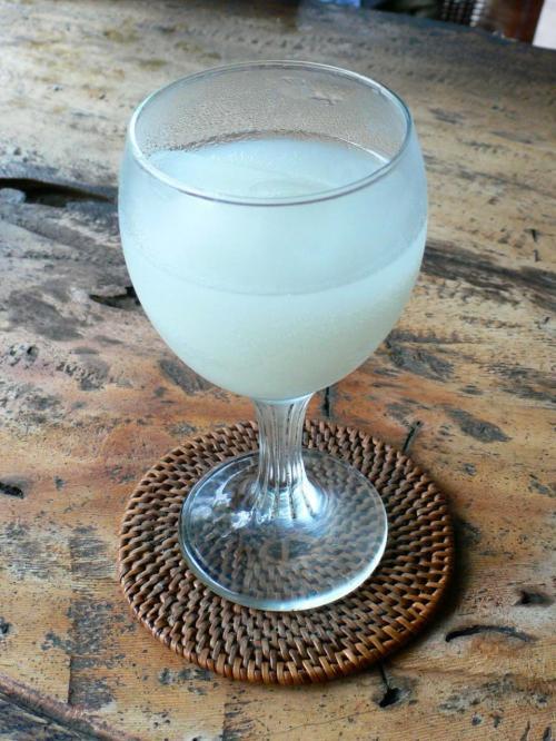こちらはそのインドネシアのポテンが発酵しきったあとにできたどぶろくです。<br />バリなどに旅行した方は「ライスワイン」として飲んだことあるのではないでしょうか?ブルムといいます。<br />ブルム:http://worldfoods.tabi-navis.com/asia/indonesia/beram.html<br /><br />私はロンボク、バリ島で口にする機会がたくさんありました。<br />(だって、路上でこれで宴会している人が多い。宴会に誘われたら吸い込まれるのが日本人だ。)<br /><br />もしかしたら賞味期限ギリギリまで発酵させるとこうなるのかな〜。<br /><br />カーオ・マークはバンコクのセブンイレブンでも売っていましたので、もし買う機会がありましたらだれかチャレンジしてください!!<br />私も次回いく機会があったら、日本に持ち帰って発酵させてから食べてみよう。<br /><br />ちなみにセブンイレブンでは冷蔵ケースに入れて売られていましたが、ペッチャブリーのお店では常温でした。<br />常温の方が早く発酵が進むと言うだけで、冷蔵しなくても特に問題ないんでしょうね。<br />