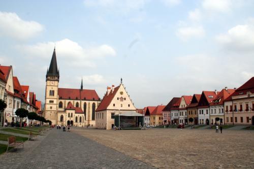 正面の三角屋根が市庁舎で、その奥が聖エギーディウス教会。