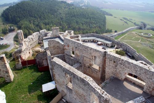 城の最上層から下層を眺める。