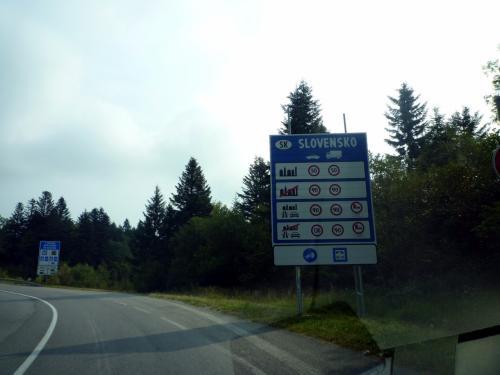 いよいよスロヴァキアに入る。国境といっても、標識が数本立っているだけ。