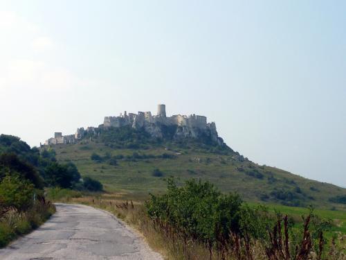 天空にそびえるかのようなスピシュ城。スケールの大きな城だ。