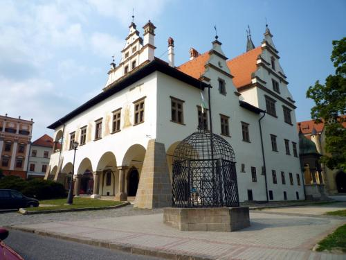 レヴォチャの旧市庁舎。手前にあるのが「恥の檻」。