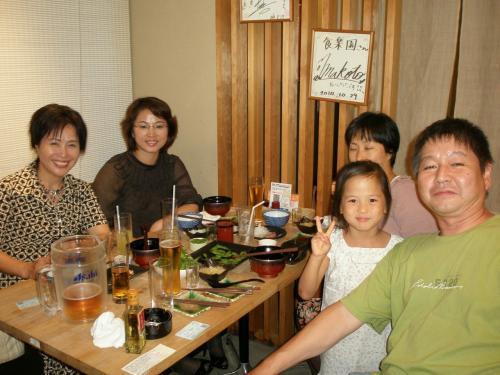 家族で来られている方もいらっしゃいました。(右)<br /><br />一番左の方は<br /><br />世界海外韓人貿易協会<br />千葉支会 笠井白水 事務局長(左)<br />笠井さんは在日朝鮮族女性会の会長でもあります。<br /><br />『久仰大名!延吉ご出身なんですね。今後とも宜しくお願い致します!!』
