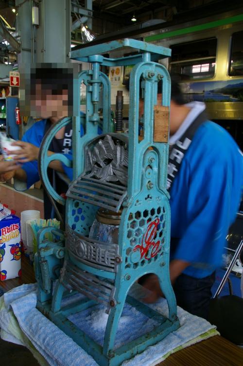 カキ氷。<br />本格的なカキ氷機だわ〜。<br />削るJR社員さんは大変そうだけど・・・