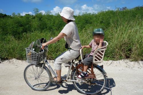 着いたら宿の車に年長さんのお兄ちゃんと一緒に乗って、気がついたら初めての自転車〜。<br /><br />で、満面の笑みでピースサインのちびQさん。<br />いやあ、今日は色んな乗り物に乗るねぇ。<br /><br />母、こけてはならぬとヤヤ、無駄な力入ってます。
