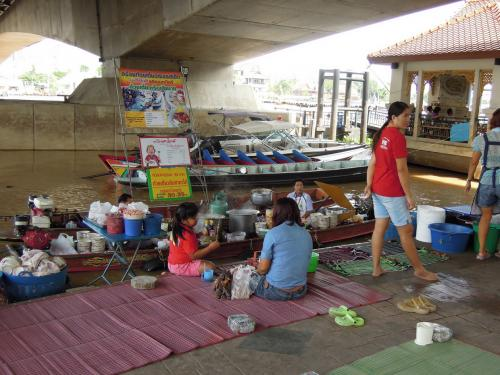 ミニ水上マーケット<br /><br /><br />船の上で調理し、レジャーシート席のお客さんに料理を運ぶ食堂でした。