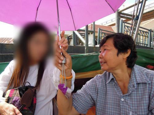 相席したおばさんが親切に教えてくれました<br /><br /><br />日に焼けちゃうよと傘を差し出すおばさん。これに乗って一緒の所で降りればいいと教えてくれましたが…
