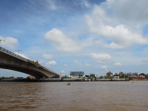 ラマ4世橋<br /><br /><br />橋桁の南側から出発。帰りはトラブルであちこち巡り、橋の向こうから船で戻ってきました。