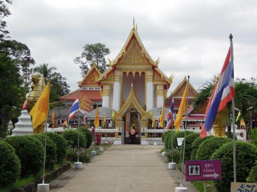Wat Phai Lom<br /><br /><br />島内にはいくつものお寺がありました。