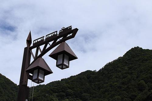 駅前の街灯にはトロッコのデザイン。