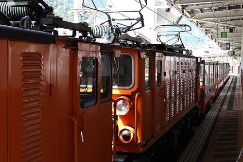 これがトロッコ電車。機関車は重連です。