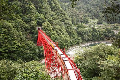 発車するとすぐに鮮やかな赤の新山彦橋を渡ります。