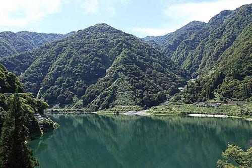 どこまでも碧い湖面沿いを進む。