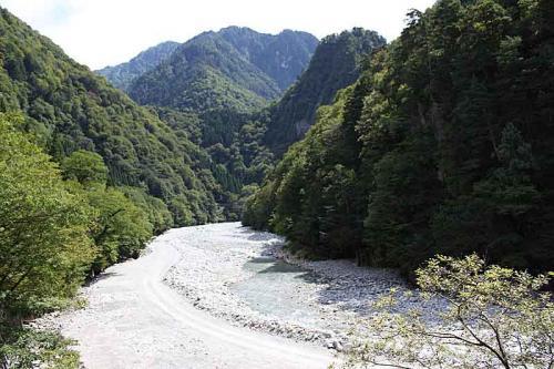 河原にはヒスイ色をした石が見られます。