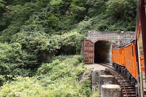 このような扉付きのトンネル。雪対策でしょうか。
