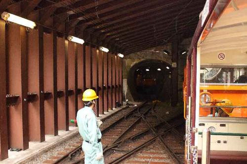 12:24<br />欅平駅到着。レールはさらに奥へ続き、なんと黒部ダムまで繋がっているそうです。(見学会に参加すると行けるらしい)