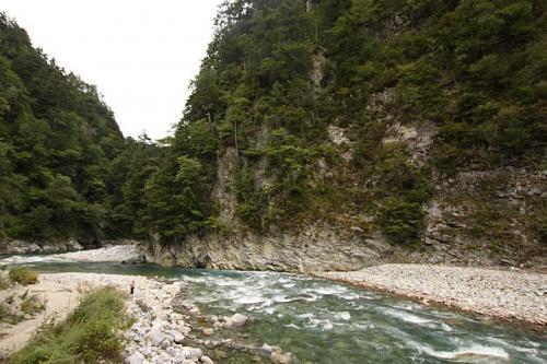 河原展望台から見た黒部川<br />よく見ると河原に人が。