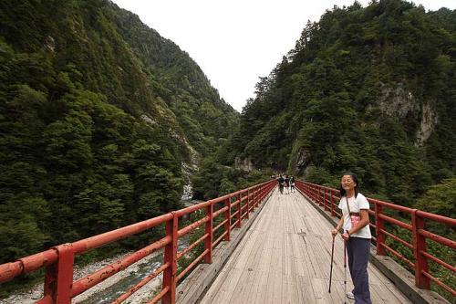 奥鐘橋を渡ります。